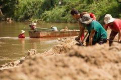 03-06-2017 piaska wygrzebywania kariery piasek jest składnikiem w budowie Używać w mieszać z moździerzem Wieśniacy wzdłuż Pai rze Zdjęcia Royalty Free
