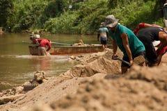 03-06-2017 piaska wygrzebywania kariery piasek jest składnikiem w budowie Używać w mieszać z moździerzem Wieśniacy wzdłuż Pai rze Zdjęcie Stock