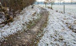 Piaskowata ścieżka w śnieżnym wiejskim krajobrazie w wintertime Fotografia Royalty Free
