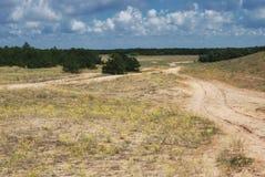 Piaskowata droga przez opustoszałego wzgórza zdjęcie stock
