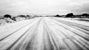 Piaskowata droga w Mozambik czarny i biały Zdjęcia Royalty Free