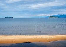 Piaskowata mierzeja na Chivyrkuy zatoce w jeziornym Baikal Obrazy Royalty Free