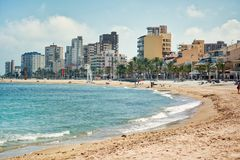 Piaskowata plaża El Campello i pejzaż miejski Alicante, Hiszpania obrazy stock