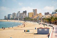 Piaskowata plaża El Campello i pejzaż miejski Alicante, Hiszpania zdjęcia stock