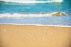 Piaskowata plaża i błękitny ocean Zdjęcie Royalty Free