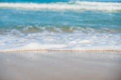 Piaskowata plaża i błękitny ocean Fotografia Royalty Free