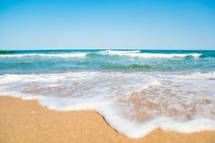 Piaskowata plaża i błękitny ocean Zdjęcie Stock