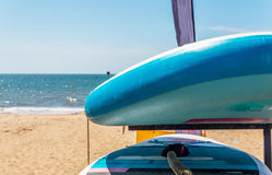 Piaskowata plaża, kolorów kajaki opierający się na stojaku, w tła beautifu obrazy royalty free