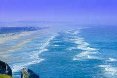 Piaskowata plaża nad pokojowym Fotografia Royalty Free