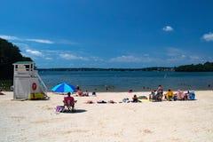 Piaskowata plaża przy społeczność parkiem Zdjęcia Royalty Free
