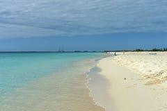 Piaskowata plaża wzdłuż morza kąpać się ludzi i bawić się dzieci, Obrazy Royalty Free