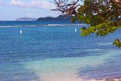 Piaskowata plaża z płytkimi zaciszność wodami i rewelacyjny widok na St John i małe Dziewicze wyspy zdjęcie royalty free