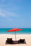 Piaskowata plaża z parasolowym i plażowym krzesłem Fotografia Stock