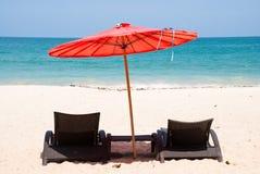Piaskowata plaża z parasolowym i plażowym krzesłem Zdjęcie Stock