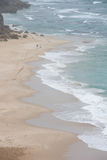 Piaskowata plaża z rozbijać macha od above Zdjęcie Royalty Free