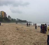 Piaskowata plaża przy Kunoor z miejscowymi i turystami Obrazy Stock
