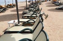 Piaskowata tropikalna plaża na wakacje, tropikalny kurort z białymi falcowania słońca łóżkami, słońc loungers i słońce parasole p Obraz Stock