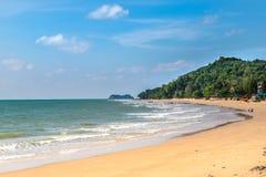 Piaskowate plaże, ocean fala, lazurowi nieba i biel chmury, fotografia stock