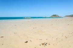 Piaskowatej plaży wybrzeże w Bretagne Obrazy Stock