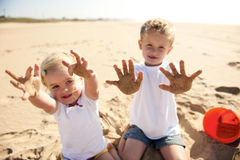 Piaskowatej plaży dzieciaki Zdjęcie Royalty Free