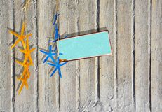 Piaskowaty boardwalk zaszaluje tło z żółtą i błękitną rozgwiazdą zdjęcia stock