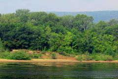 Piaskowaty brzeg duża rzeka Zdjęcia Royalty Free
