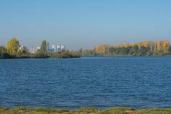 Piaskowaty trawiasty brzeg jezioro Fotografia Royalty Free