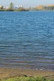Piaskowaty trawiasty brzeg jezioro Zdjęcia Stock