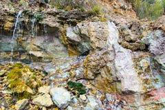 Piaskowcowe falezy z źródłem wody Zdjęcia Royalty Free