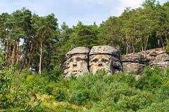 Piaskowiec skała rzeźbi diabeł głowy blisko Zelizy, republika czech obraz royalty free