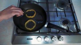 Piastra con olio caldo video d archivio