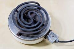 Piastra riscaldante elettrica per la cottura pranzo e dell'acqua per tè Vecchia cucina Fotografie Stock Libere da Diritti