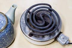 Piastra riscaldante elettrica per la cottura pranzo e dell'acqua per tè Vecchia cucina Immagine Stock