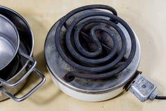 Piastra riscaldante elettrica per la cottura pranzo e dell'acqua per tè Vecchia cucina Immagine Stock Libera da Diritti