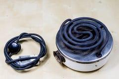 Piastra riscaldante elettrica per la cottura pranzo e dell'acqua per tè Vecchia cucina Fotografia Stock