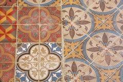 Piastrella di ceramica d'annata variopinta di stile Retro struttura e fondo modellati Pavimento coloniale della casa entro i vecc Fotografie Stock Libere da Diritti