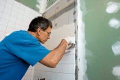 Piastrellatura del sistema di chiusura della vasca della stanza da bagno fotografie stock libere da diritti