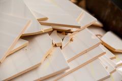 Piastrelle di ceramica tagliate su un mucchio del rotto di fotografia stock