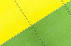 Piastrelle di ceramica verdi e gialle Fondo delle piastrelle di ceramica fotografia stock libera da diritti