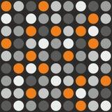 Piastrelli il modello di vettore con i pois grigi, bianchi ed arancio su fondo grigio Immagine Stock