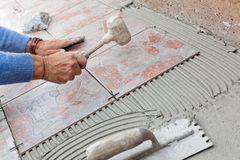 Piastrellista da lavorare con la pavimentazione delle mattonelle Fotografia Stock