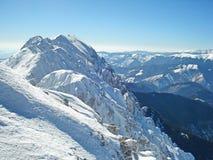 Piatra Craiului雪在witer的山土坎与蓝天 免版税库存图片