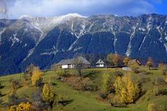 Piatra Craiului berg i Rumänien royaltyfri fotografi
