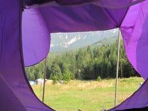 Piatra Craiului bergsikt från ett tält arkivbilder