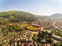 Piatra Neamt flyg- sikt Stadion och berg royaltyfri bild