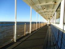 Piattaforma all'aperto del traghetto vuoto Fotografia Stock