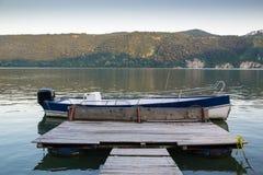 Piattaforma alla barca sulla riva del fiume fotografie stock