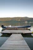 Piattaforma alla barca sulla riva del fiume immagine stock