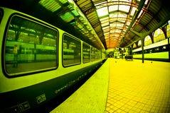 Piattaforma alla stazione ferroviaria Fotografie Stock Libere da Diritti