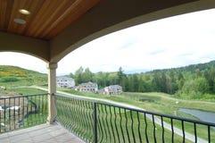 Piattaforma con la vista di terreno da golf Immagine Stock